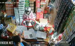 Sau khi trộm tiền ở tạp hóa, người phụ nữ còn có hành động không ngờ