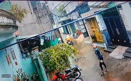 Clip: Hành động gây phẫn nộ của 2 thanh niên dưới trời mưa