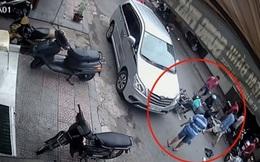Đăng clip phê phán hành động mở cửa xe vô ý, tài xế bất ngờ bị chỉ trích ngược