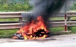 Đang đi trên quốc lộ, nam thanh niên bất ngờ dừng lại đốt xe Exciter