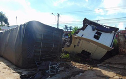 Container lật nhào, đứt đầu trước sân nhà dân