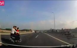 Ba nam thanh niên đi xe máy đánh võng trên cầu Nhật Tân khiến ô tô gặp nạn