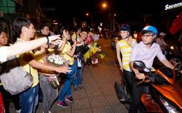 Lý Nhã Kỳ sang chảnh nhưng bỏ ô tô, đi xe máy hòa vào dòng người ăn mừng U23 Việt Nam