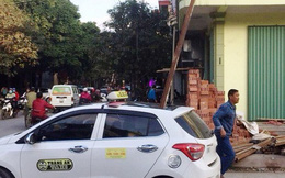 Nhóm công nhân để thanh sắt rơi trúng nóc xe ô tô khiến 1 người tử vong khai gì?