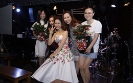 Hòa Minzy mang hoa dâm bụt đi diễn, tặng khán giả