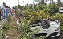 Tiền Giang: Xe con lật ngửa dưới mương nước, 4 người thoát chết