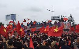 U23 Việt Nam diễu hành trên buýt mui trần trong biển người nghẹt thở