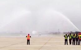 """Tại sao máy bay chở U23 Việt Nam lại """"bị"""" phun nước khi hạ cánh? Thì ra đây là lý do"""