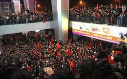 """Hàng vạn cổ động viên """"vỡ mộng"""" vì các cầu thủ U23 bí mật rời sân bay Vinh"""