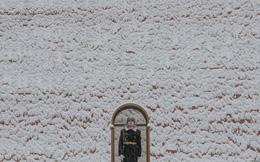 24h qua ảnh: Tiêu binh Nga đứng gác dưới mưa tuyết ở thủ đô Moscow