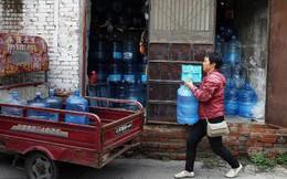 Mỗi ngày bê 70 thùng nước kiếm 20 triệu một tháng, người phụ nữ Trung Quốc mua nhà thành phố chỉ sau 3 năm