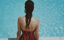 Ngủ quên ở bể bơi công cộng, tỉnh dậy cô gái hoảng hốt khi bị gã đàn ông giở trò