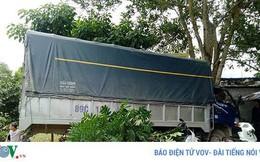 Xe tải mất lái đâm thẳng vào quán sửa xe, 2 người thoát chết