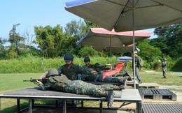 Hình ảnh gây cười: Binh sĩ Đài loan nằm đệm cao tập bắn, lại có ô tán rộng che nắng