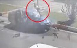 Clip: Mẹ cùng 2 con gái bị ô tô hất tung lên trời sau tai nạn kinh hoàng