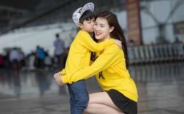 Hoa hậu Phí Thùy Linh và con trai mặc nổi bật tại sân bay