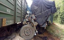 Cố vượt đường sắt khi tàu đang lao đến, xe tải bị đâm nát bét