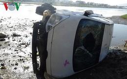 """Taxi """"bay"""" xuống sông, lái xe thoát chết"""