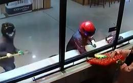 Clip: Cướp còn hì hục mãi chưa phá được tủ, nhân viên đã vội mang hết vàng trong tiệm ra biếu cho nhanh