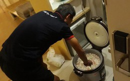 HLV trưởng U19 Việt Nam nửa đêm vào bếp nấu cháo cá cho toàn đội chống đói
