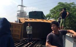 Hà Nội: Tàu hỏa kéo lê ô tô tải hàng chục mét, 4 người bị thương