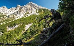 Cận cảnh lính bắn tỉa NATO tập luyện trên lưng chừng dãy Alps