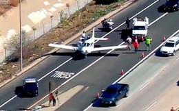 Máy bay đột ngột hạ cánh khẩn trên cao tốc đông nghìn nghịt xe cộ