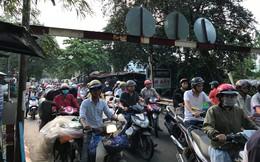 Cầu sắt ở Sài Gòn kẹt cứng do người dân đứng xem xác chết dưới sông