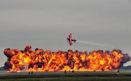 24h qua ảnh: Phi công trình diễn nhào lộn máy bay trên biển lửa