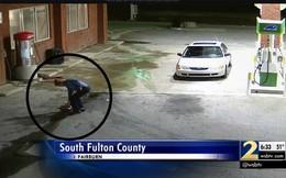 Thấy chiếc túi rơi ở trạm xăng, người đàn ông nhặt lên ai ngờ rước họa vào thân