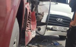Hàng chục hành khách la hét hoảng sợ khi xe tải tông vào xe khách giường nằm