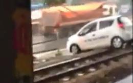 Cố băng qua đường tàu, ô tô bị mắc kẹt và những tiếng chửi bới xung quanh gây bức xúc