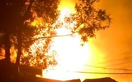 Xưởng gỗ bốc cháy dữ dội kèm tiếng nổ, nhiều người tháo chạy tán loạn