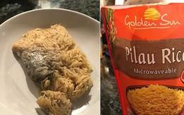 """Mua gói cơm ăn liền về ăn cho qua bữa, thanh niên phát hiện ra """"protein đi kèm"""" là một con chuột đã chín"""