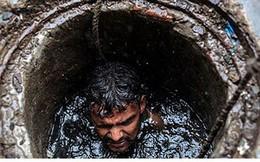 Cận cảnh công việc của các công nhân ngụp lặn trong ống thải ở Ấn Độ