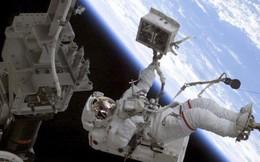 Phi hành gia đi vệ sinh như thế nào khi mà cứ bay lơ lửng?