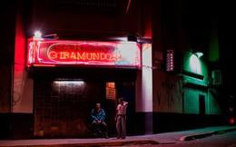 """7 ngày qua ảnh: Quán bar vắng tanh như thị trấn """"ma"""" ở thủ đô Venezuela"""