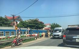 Bắc Giang: Tàu hỏa chở khách tông xe bồn, lái tàu gãy chân