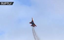 """Video: Dàn tiêm kích """"sát thủ"""" MiG-29 và màn nhào lộn đỉnh cao trên bầu trời Nga"""