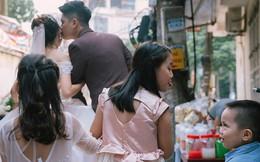 """Đứng phía sau cầm váy cho cô dâu, bé gái đã tạo nên khoảnh khắc """"nghìn like"""" cực độc"""