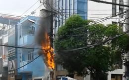 Trụ điện nổ như pháo hoa rồi bốc cháy dữ dội trên phố Sài Gòn