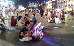 Ông Đoàn Ngọc Hải muốn dẹp bán hàng rong và chó thả rông ở phố đi bộ Nguyễn Huệ