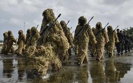 """7 ngày qua ảnh: Lính Indonesia """"ngụy trang"""" duyệt binh nhân lễ kỷ niệm thành lập quân đội"""