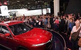 Quá tải gian hàng VinFast tại triển lãm ô tô Paris ngày cuối tuần