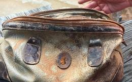 """Đi câu cá vớt được chiếc túi, nhìn vào trong người đàn ông chỉ thốt lên: """"Đúng là số phận"""""""
