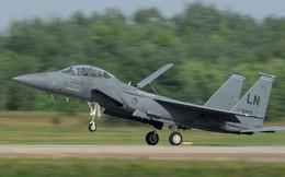 """Tiêm kích F-15 Anh hạ cánh khẩn cấp '""""tóe lửa"""" trên đường băng"""