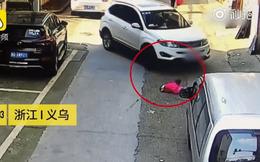 Thót tim cảnh tượng bé gái 2 tuổi bò chơi ngoài đường rồi bị ô tô cán 2 lần, toàn bộ nguyên nhân đến từ người mẹ tắc trách