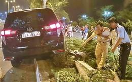 Ô tô hất tung xe máy rồi leo lên dải phân cách ở Nha Trang