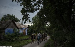 """Hé lộ trại hè đào tạo các tay súng """"ngắm là bắn, bắn là chết"""" từ 8 tuổi trong rừng sâu Ukraine"""