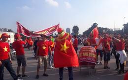 """CĐV dán băng rôn khẩu hiệu lên """"siêu xe"""" để """"tiếp lửa"""" đội tuyển Việt Nam"""